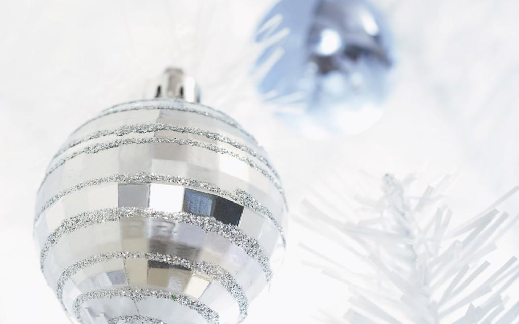 bolas-plateadas-casa-y-mantel-decoracion-navideña