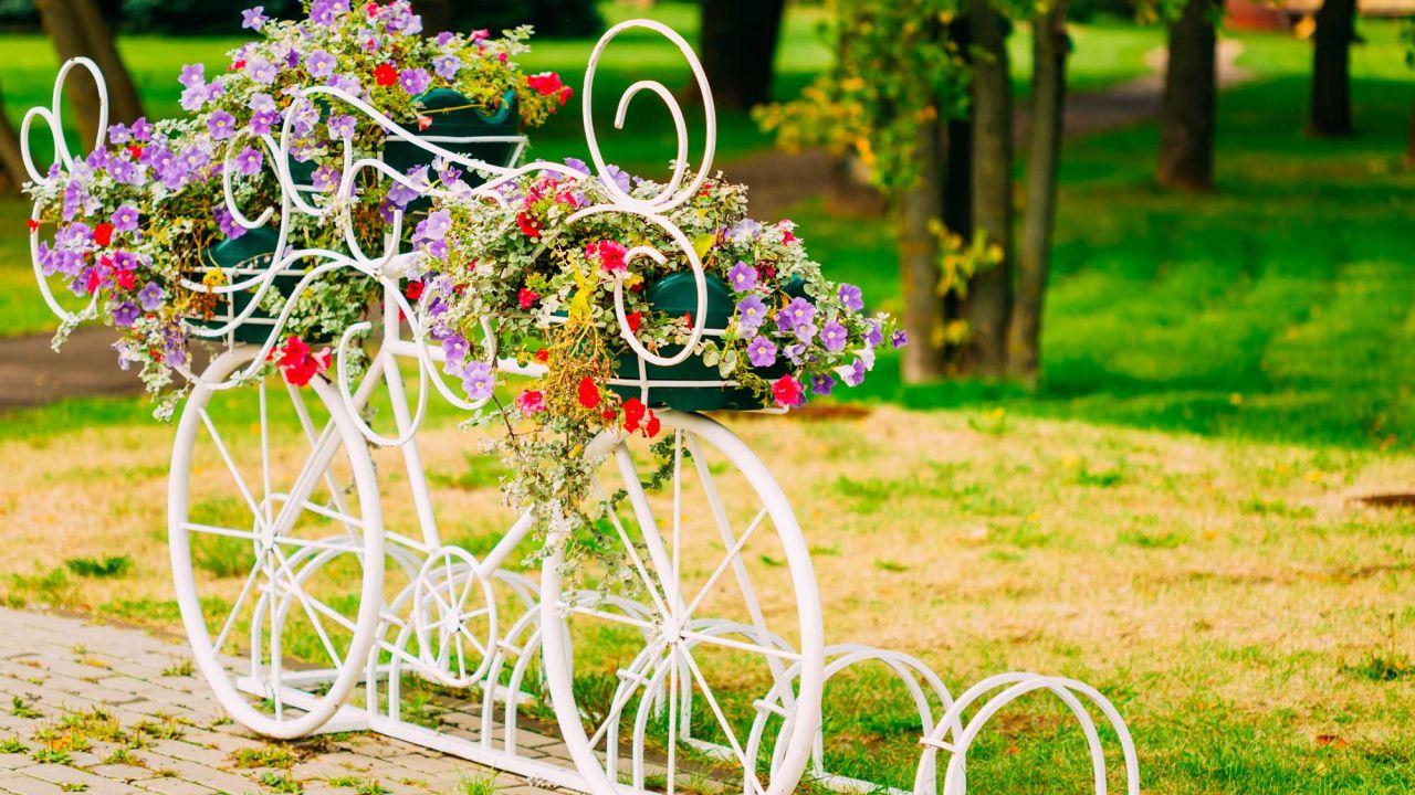 Reutilizar para decorar bicicletas casa y mantel for Setas decorativas para jardin