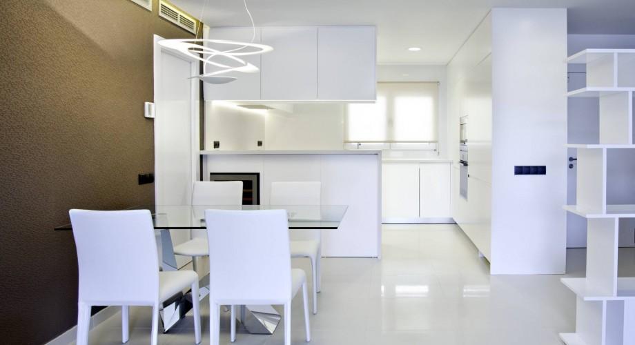 La cocina y el salón se unifican en una sola pieza | Imagen vía EspacioDeo