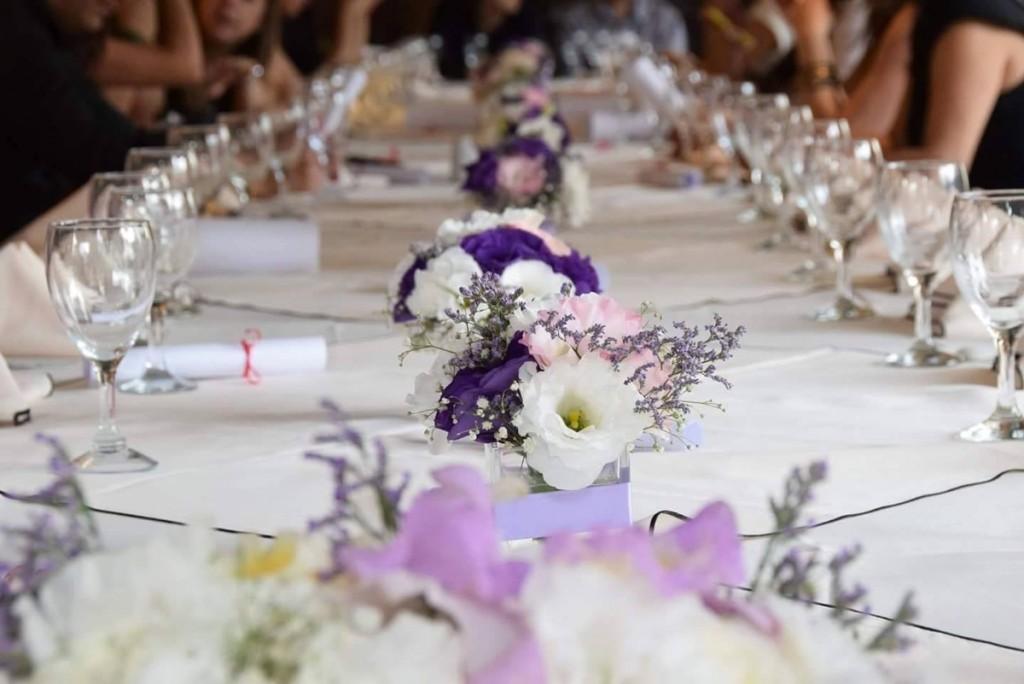 mesa con flores y velas