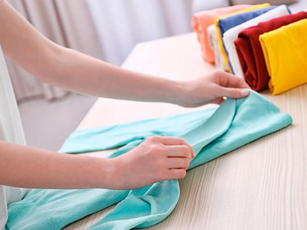 C mo organizar la ropa de tu armario soluci n aqu - Doblar camisetas para que no se arruguen ...