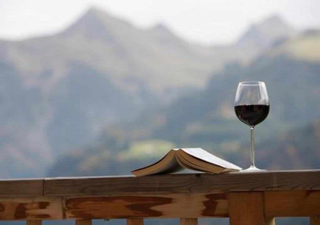 casaymantel-decoracion-terraza-vino-libro